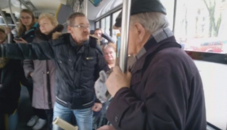 Awantura w autobusie. Chcieli wygonić dziadka z rowerem, bo ten nie miał siły jechać dalej